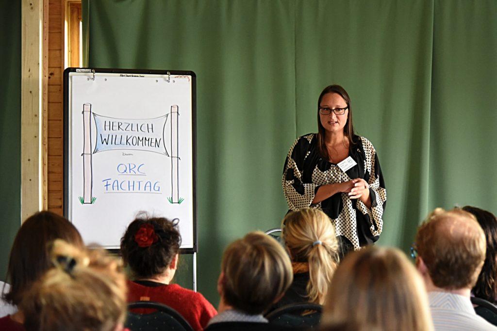 Andrea Schlösser begrüßt die Teilnehmer des QRC-Fachtages 2017